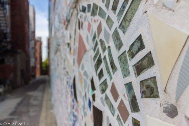 Nas minhas andanças achei este prédio com fachada toda de restos de azulejos. Achei lindo!