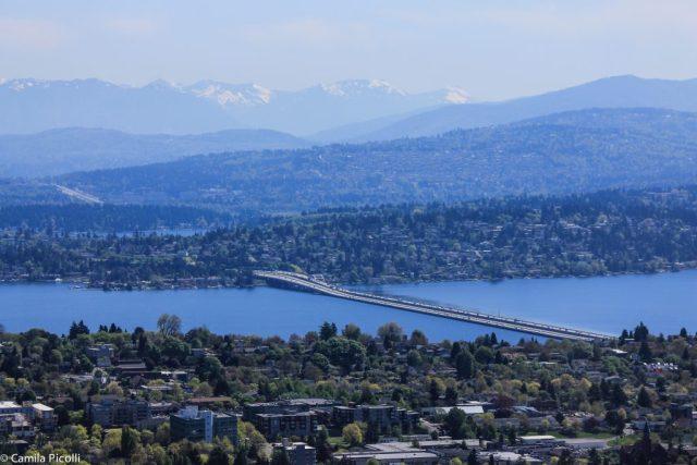 Esta é a ponte I-90. Liga Seattle ao Eastside e tem uma ciclovia ótima.
