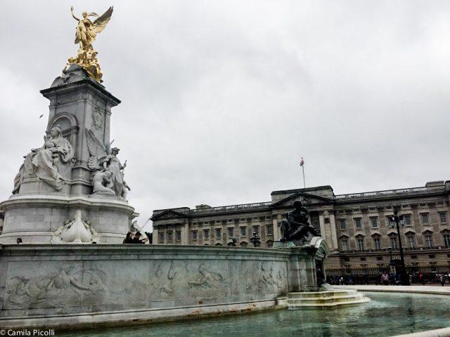 Memorial da Rainha Vitória e Palácio de Buckingham ao fundo.