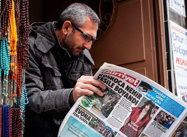 Ciudadano leyendo el Cumhuriyet, periódico censurado por Erdogan. Autor: Juan Teixeira. Fuente: Eulixe.com (Imagen cedida por el autor)