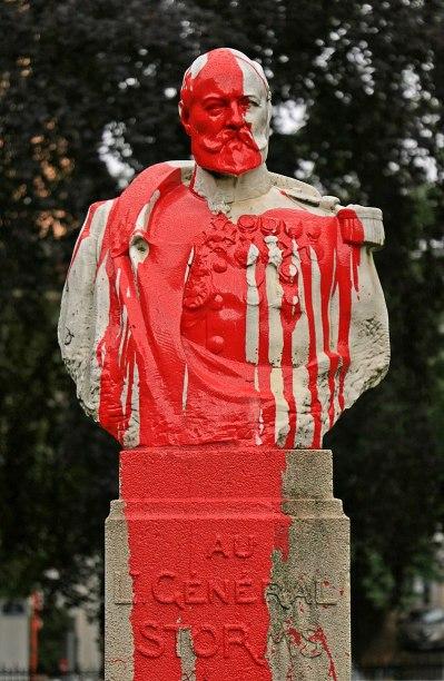 El Monumento al General Storms en Bruselas pintado con pintura roja, símbolo de la sangre del pueblo congoleño. Fuente: EmDee, 05/07/2020. Fuente: Wikimedia Commons (CC BY-SA 4.0)