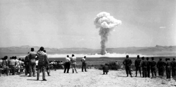 Prueba nuclear en Argelia con el nombre en clave Gerboise Bleue. Autor: Desconocido, 13/02/1960. Fuente: Archive CEA (CC BY-SA 4.0)