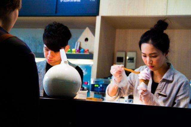 meticulously using tweezers to prepare ice cream in roji taichung
