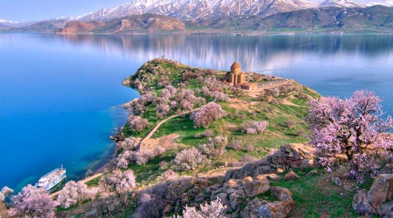 The Akhtamar Island and Church in Lake Van. Photo by gozturk, Wikipedia Commons.