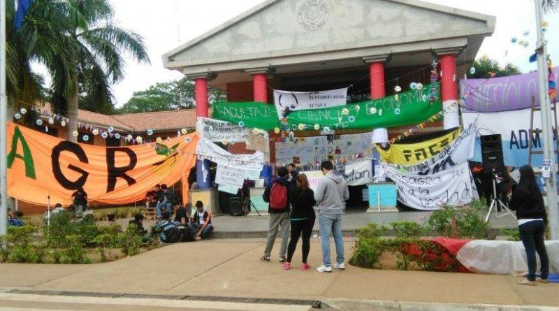 UNA students protest.