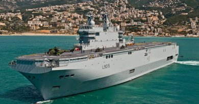 Mistral class amphibious assault ship, the BPC Dixmude (L9015). Photo by Simon Ghesquiere/Marine Nationale, Wikipedia Commons.