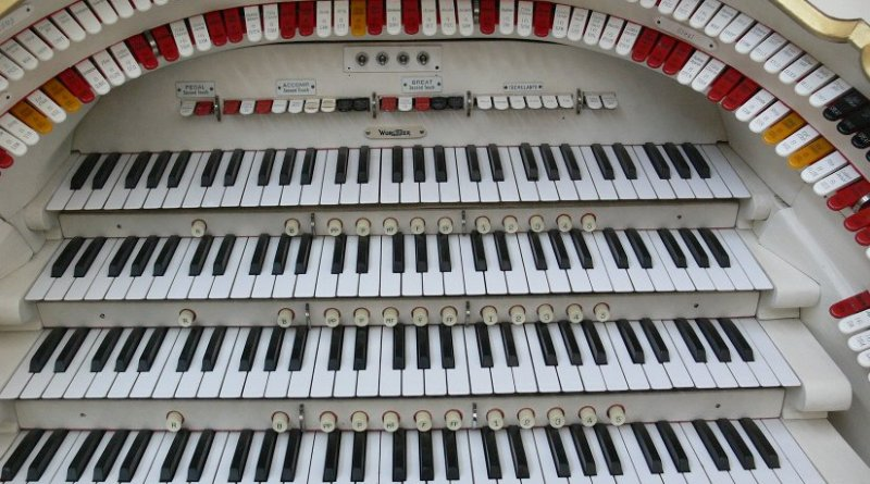 Keyboard of a 'Mighty Wurlitzer'. Photo by Andreas Praefcke, Wikipedia Commons.