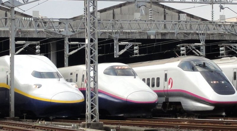 Japanese higjh-speed trains. Photo by Rsa, Wikipedia Commons.