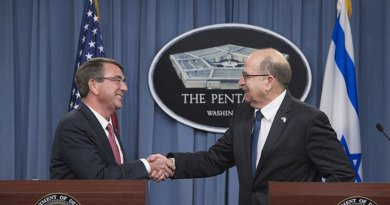 U.S. Defense Secretary Ash Carter, left, and Israeli Defense Minister Moshe Yaalon shake hands during a joint press conference at the Pentagon, Oct. 28, 2015. DoD photo by U.S. Air Force Senior Master Sgt. Adrian Cadiz