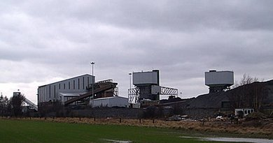 Kellingley Colliery, the last deep coal mine left in Britain, on the border of West and North Yorkshire, United Kingdom. Photo by Steve F, Wikipedia Commons.