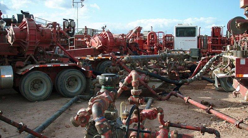 Halliburton fracturing operation in the Bakken Formation, North Dakota, United States. Photo by Joshua Doubek, Wikipedia Commons.