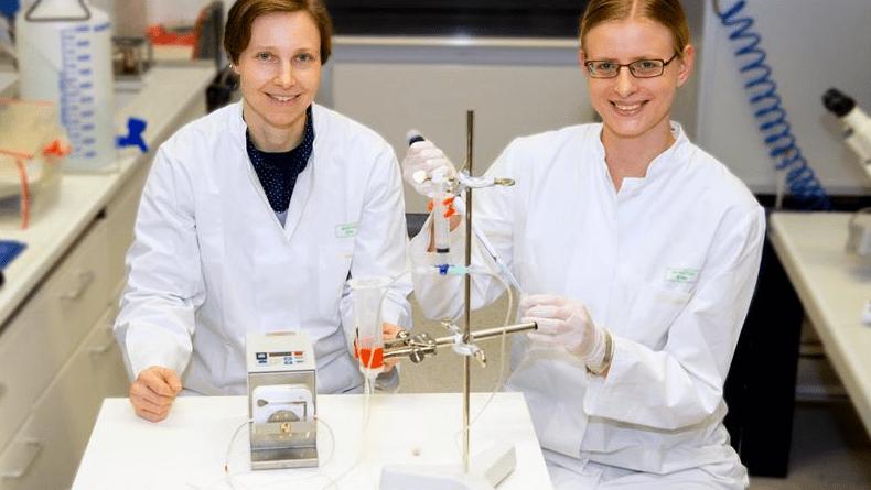Junior professor Dr. Daniela Wenzel (left) and Dr. Sarah Rieck. Photo: Katharina Wislsperger/Ukom UKB