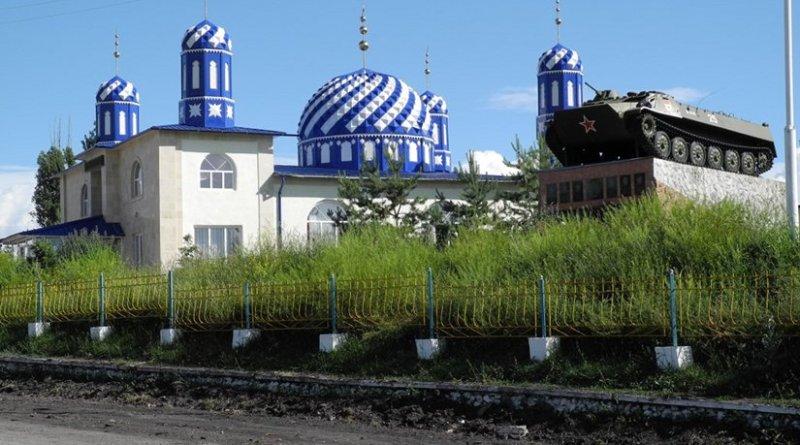 Kyrgyz mosque and Soviet war memorial. Photo: Y. Hölzchzen