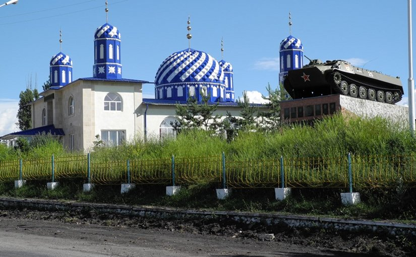 Kyrgyz mosque and Soviet war memorial. Photo: Y. Hölzchzen