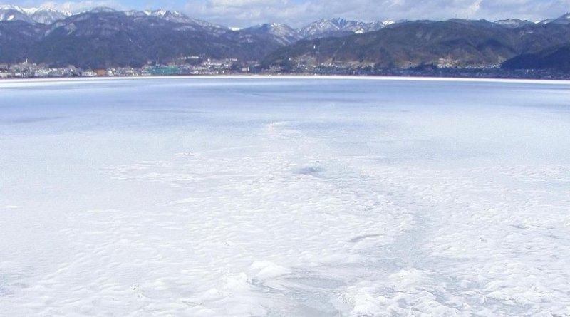 Frozen Lake Suwa. Credit Photo by Ozawajun, from Wikimedia Commons