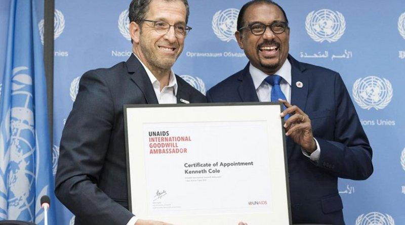 Michel Sidibé (right), the Executive Director of UNAIDS, introduces fashion designer Kenneth Cole as an International Goodwill Ambassador. UN Photo/Mark Garten