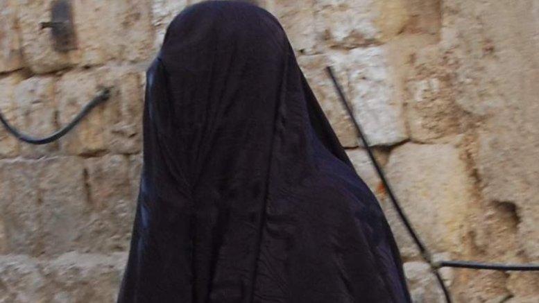 Woman wearing burqa. Photo by Zivya, Wikipedia Commons.