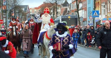Head Piet carrying the Boek van Sinterklaas on the way from the Steamboat to the City Hall, where they will be officially welcomed by the City Mayor. Photo by Berkh, Wikipedia Commons.