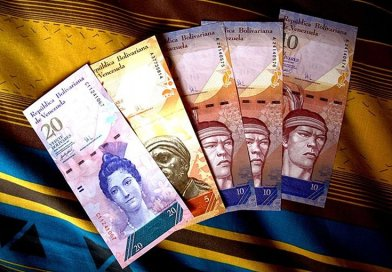 Various Venezuelan 2007–2015 series bolívar fuerte banknotes. Photo by Jorge Andrés Paparoni Bruzual, Wikipedia Commons.