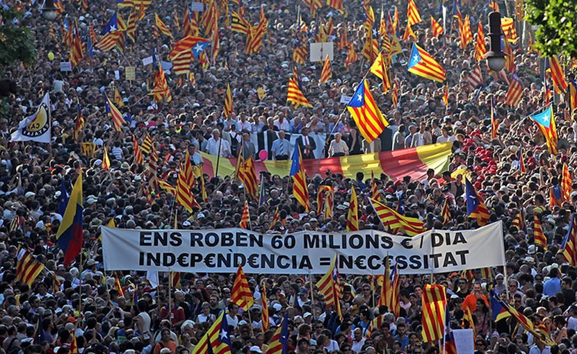 Supporters of Catalan independence. Photo by JuanmaRamos-Avui-El Punt, Wikipedia Commons.