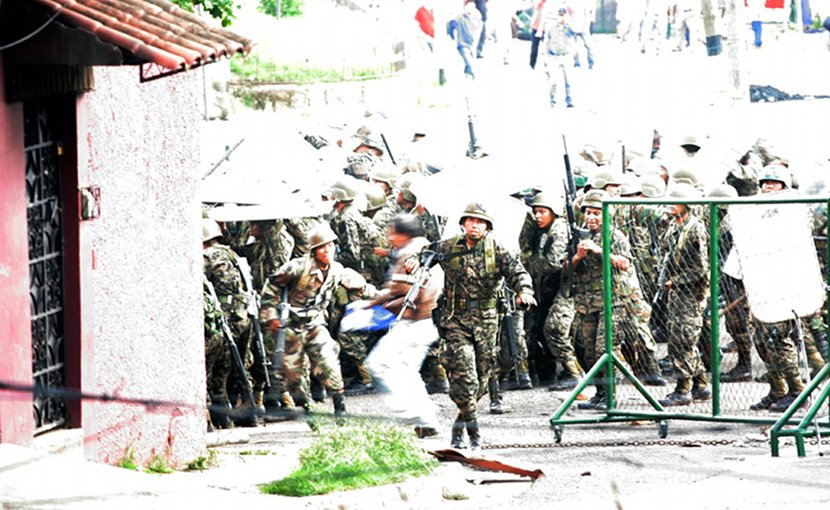 A clash between pro-Zelaya protesters and the Honduran military in 2009. Photo by Roberto Breve, Wikipedia Commons.