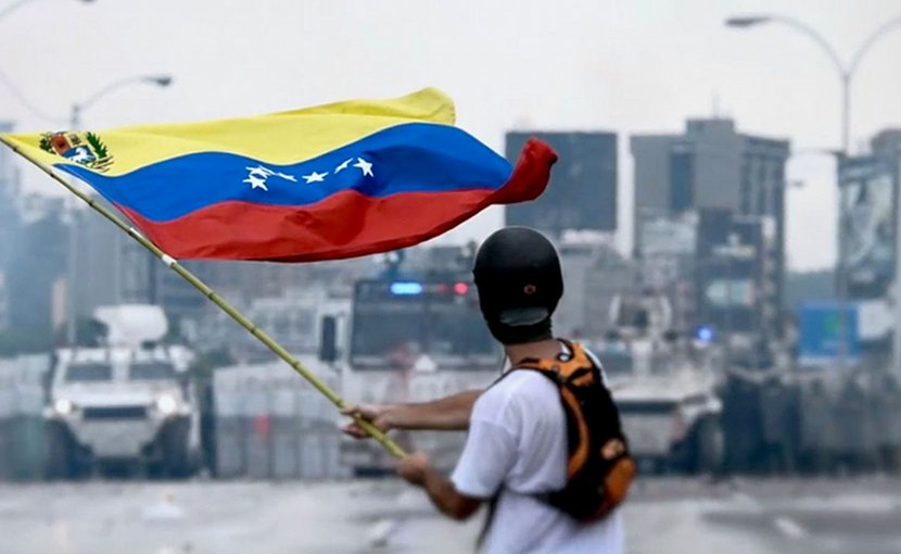 Protester facing the Venezuelan National Guard during a protest. Photo by Efecto Eco, Wikipedia Commons.