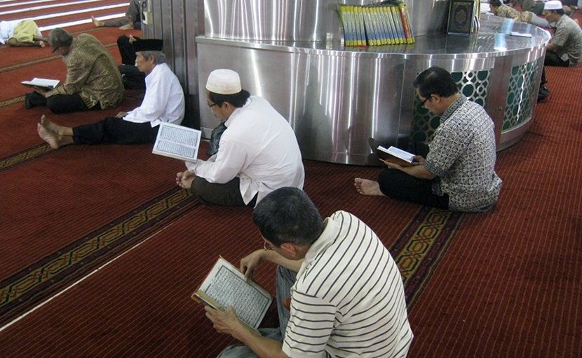 Indonesian Muslims recite the Quran in Masjid Istiqlal, Jakarta, Indonesia. Photo by Gunawan Kartapranata, Wikipedia Commons.