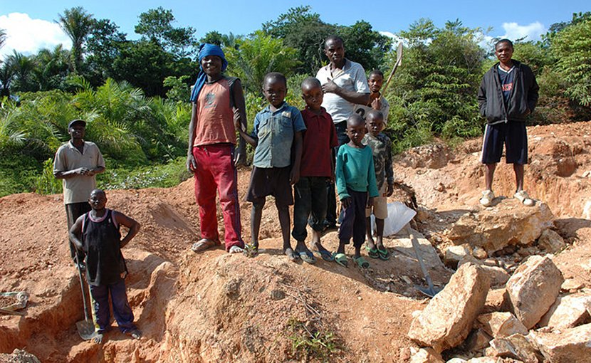 Child labor being used in mining in DR Congo. Photo by Julien Harneis, Wikimedia Commons.