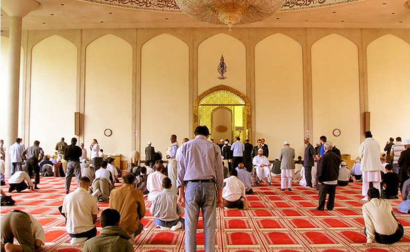 Inside London Central Mosque after Friday prayers. Photo by Tawelsensei, Wikipedia Commons.