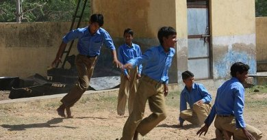 Kho-kho game in a Government School, Haryana, India. Photo by Mester Jagels, Wikipedia Commons.