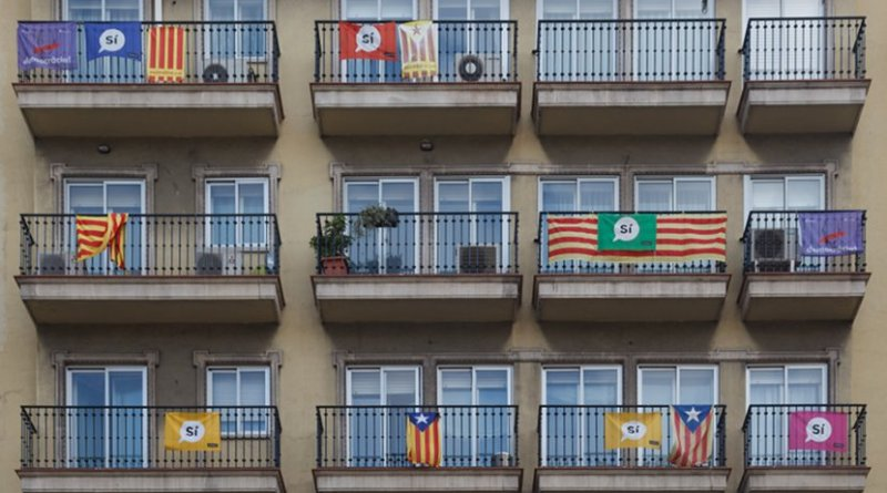 Pro-Catalonia independence flags in Barcelona. Photo by Philipp Reichmuth, Wikipedia Commons.