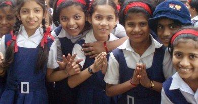 Schoolgirls in Mumbai, India. Photo by the opoponax, Wikimedia Commons.
