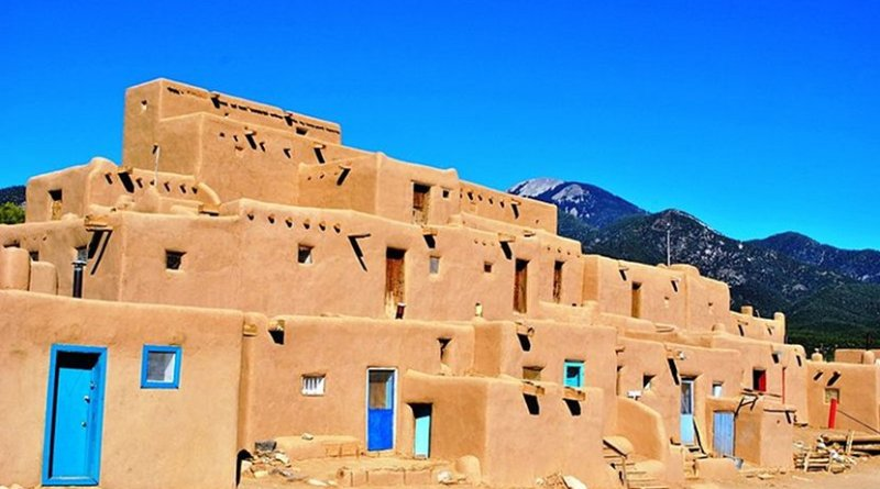 Taos Pueblo, New Mexico (USA). Photo by Elisa.rolle, Wikipedia Commons.