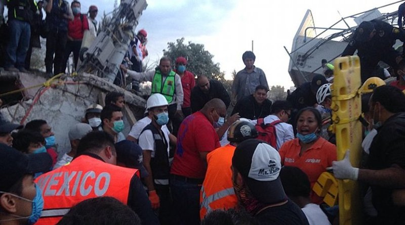 Volunteers and rescuers working at a collapsed warehouse, colonia Obrera, Mexico City following July 2017 earthquake. Photo by ProtoplasmaKid, Wikimedia Commons.
