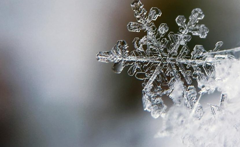 A team of researchers from Universidad Carlos III de Madrid, the Universidad de Extremadura and the Universidad de Sevilla have defined a theoretical framework that could explain the Mpemba effect, a counterintuitive physical phenomenon revealed when hot water freezes faster than cold water. Credit UC3M