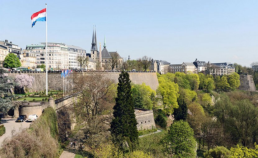 Luxembourg City: Fortress with Bastion Beck, Monument du souvenir (Gëlle Fra) and Petrusse valley. Seen from Adolphe Bridge. Photo by Cayambe, Wikimedia Commons.