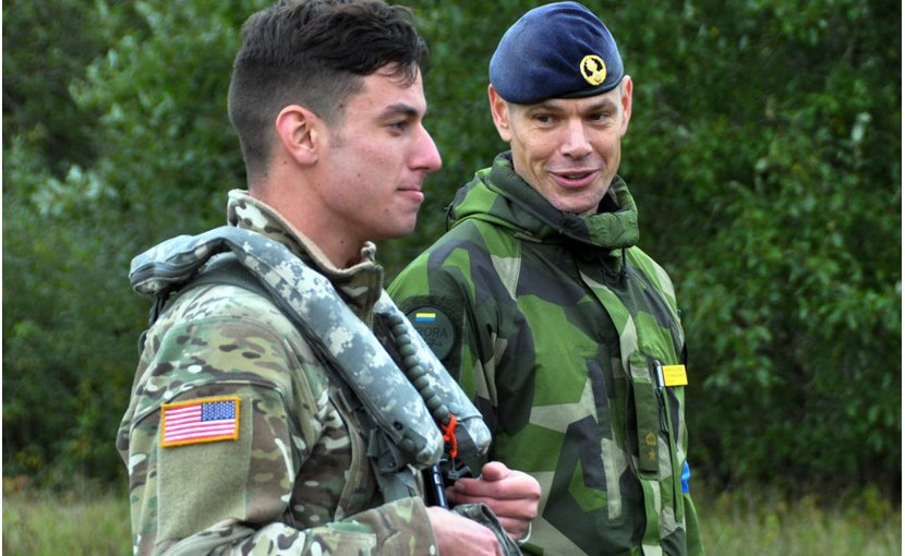 A Swedish air defense officer speaks with an American pilot after U.S. attack helicopters drilled with Swedish air defense units during the Aurora 2017 exercise. (Source: SWEDISH ARMED FORCES/Aurora 2017)