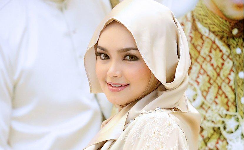 Malaysian singer Siti Nurhaliza wearing a tudung (headscarf). Photo by Idzwan Junaidi, Wikipedia Commons.