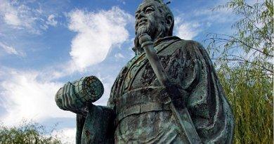 Statue of Sun Tzu. Photo by 663highland, Wikipedia Commons.