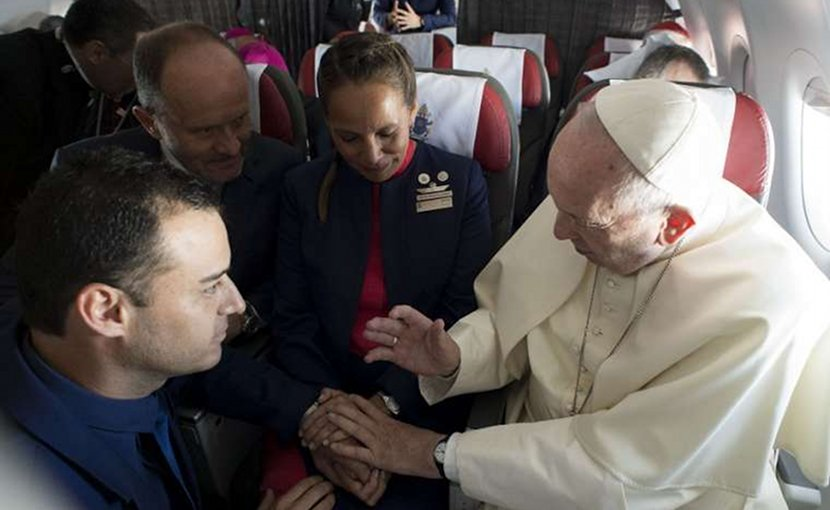 Pope Francis marries flight attendants Paula Podest and Carlos Ciuffardi during his flight from Santiago to Iquique Jan. 18, 2018. Credit: Vatican Media/CNA.