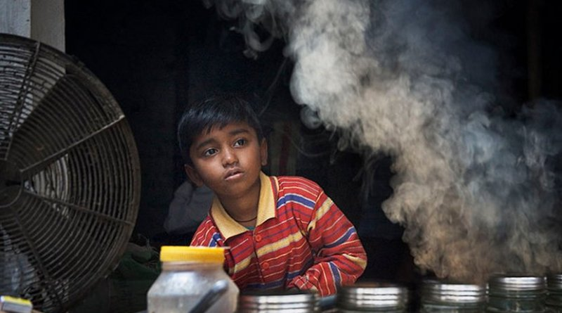 Young child working in India. Photo by Jorge Royan, Wikimedia Commons.