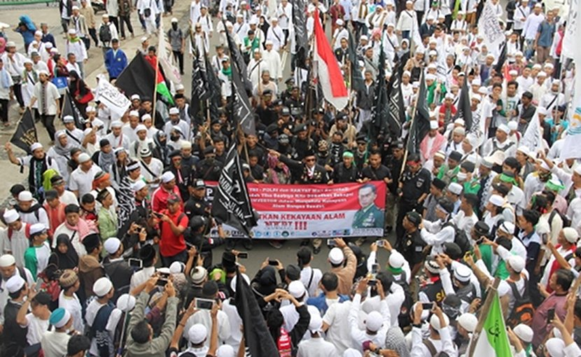 Members of the Islamic Defenders Front hold a rally on March 31, 2017, to protest Jakarta's Christian governor Basuki Tjahaja Purnama, who was later jailed for blasphemy against Islam. (Photo by Ryan Dagur/ucanews.com)