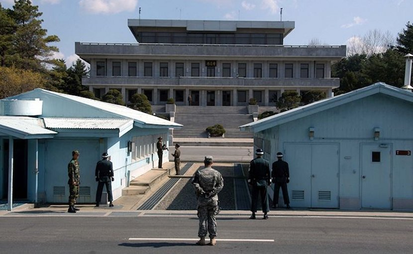 A view in May 2007 from South Korea towards North Korea in the Joint Security Area at Panmunjom. North and South Korean military personnel, as well as a single US soldier, are to be seen. Credit: Wikimedia Commons.