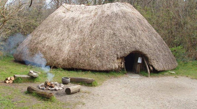 Reconstruction of an early Irish farmer's hut – Irish National Heritage Park. Photo Credit: David Hawgood, Wikipedia Commons.