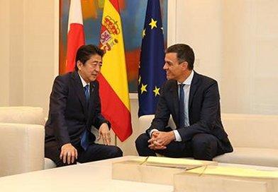 Spain's Prime Minister Pedro Sánchez and the Prime Minister of Japan, Shinzo Abe. Pool Moncloa/Fernando Calvo