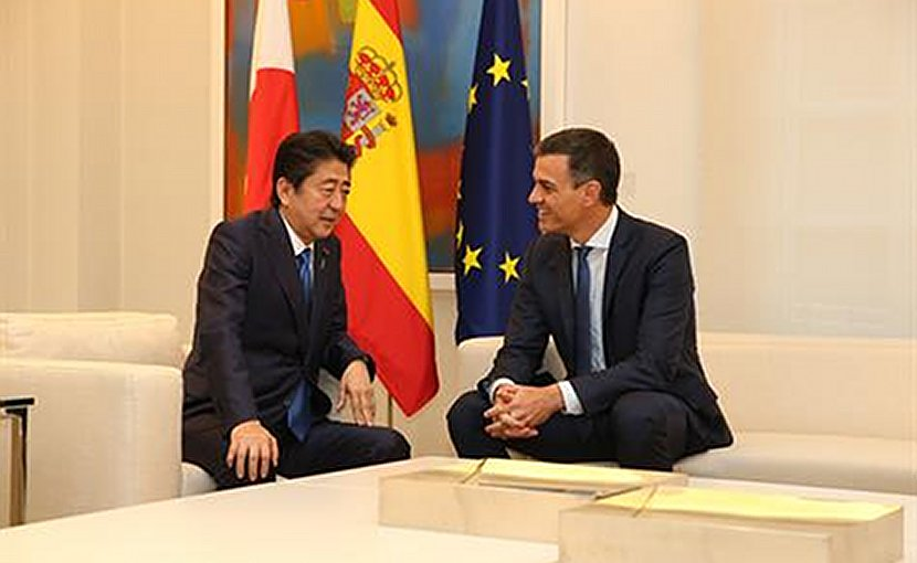 Spain's Prime Minister Pedro Sánchez and the Prime Minister of Japan, Shinzo Abe. Pool Moncloa/Fernando Calvo