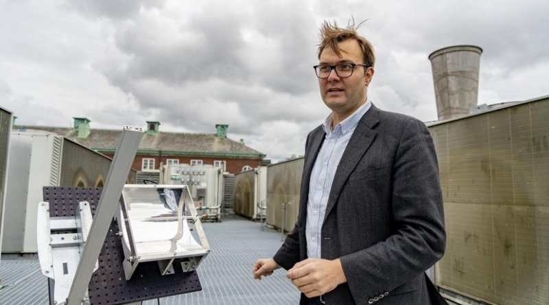 Professor Kasper Moth-Poulsen at the solar thermal collector, situated on the roof of the MC2 building at Chalmers University of Technology. Credit Johan Bodell/Chalmers University of Technology