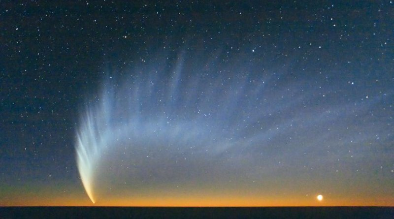 Comet McNaught over the Pacific Ocean. Image taken from Paranal Observatory in January 2007. Credit ESO/Sebastian Deiries