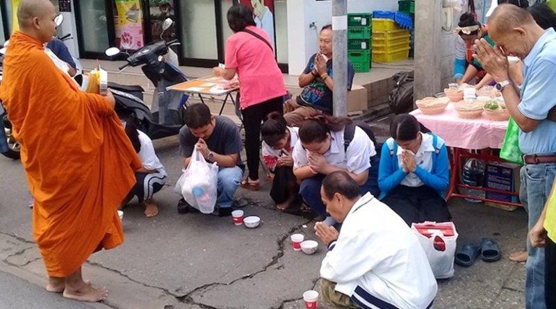 Buddhist monk taking food in Bangkok, Thailand. Credit: Kalinga Seneviratne.
