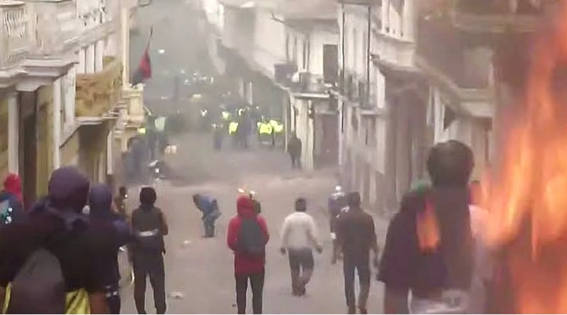 Protesters in Ecuador clash with authorities during protests. Photo Credit: Todo Noticias, Wikipedia Commons